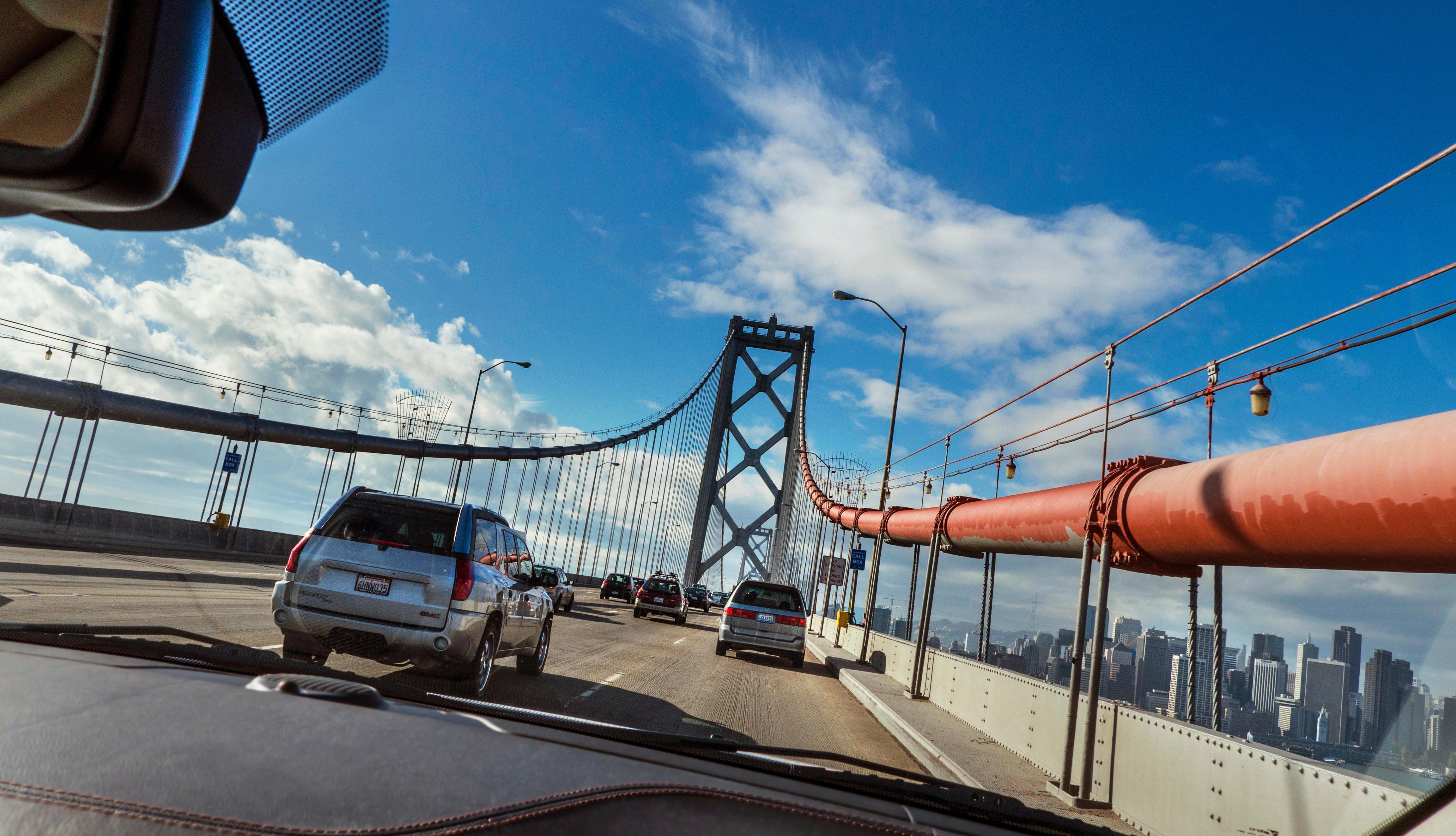 Autos andando sobre un puente