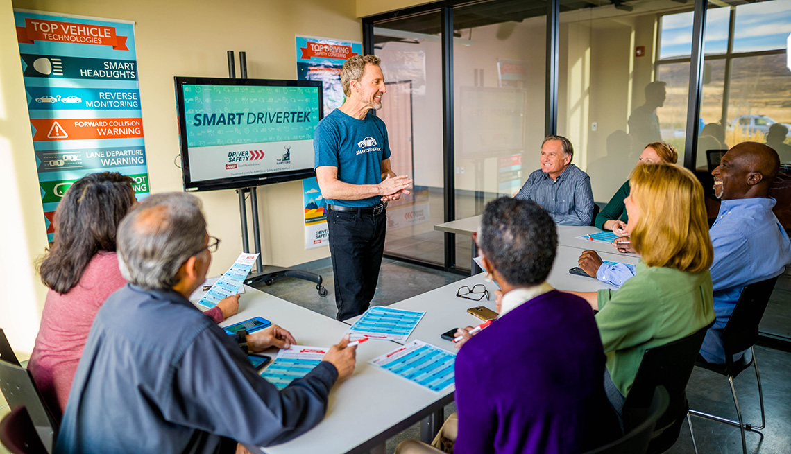 Instructor enseñando un curso de Smart Driver a un grupo de personas