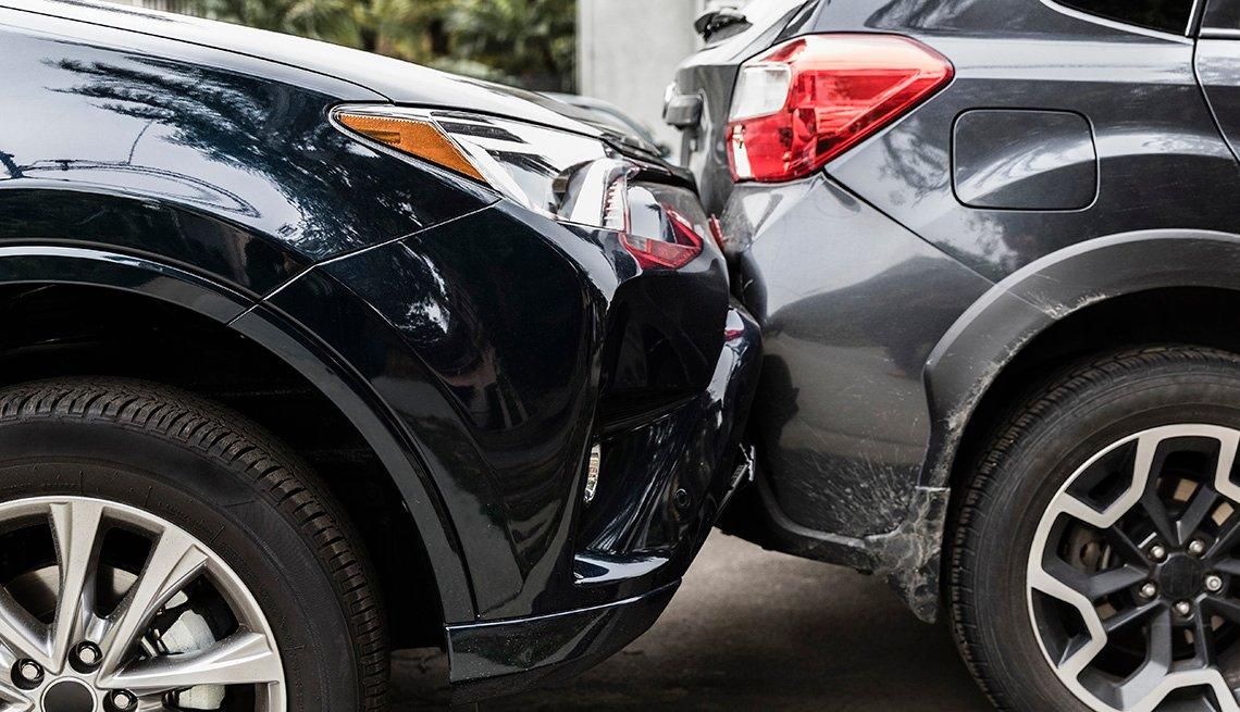 Un automóvil choca a otro vehículo en la parte trasera