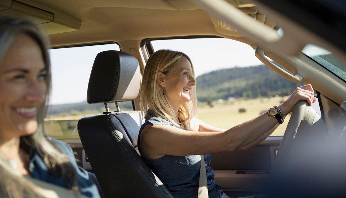 Dos mujeres en un automóvil