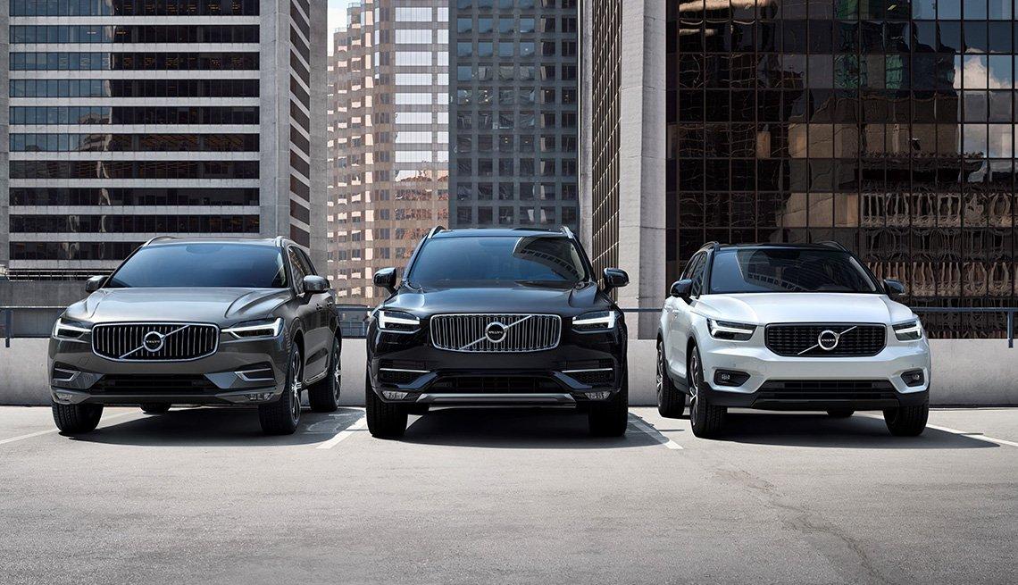 Vista frontal de 3 vehículos marca Volvo