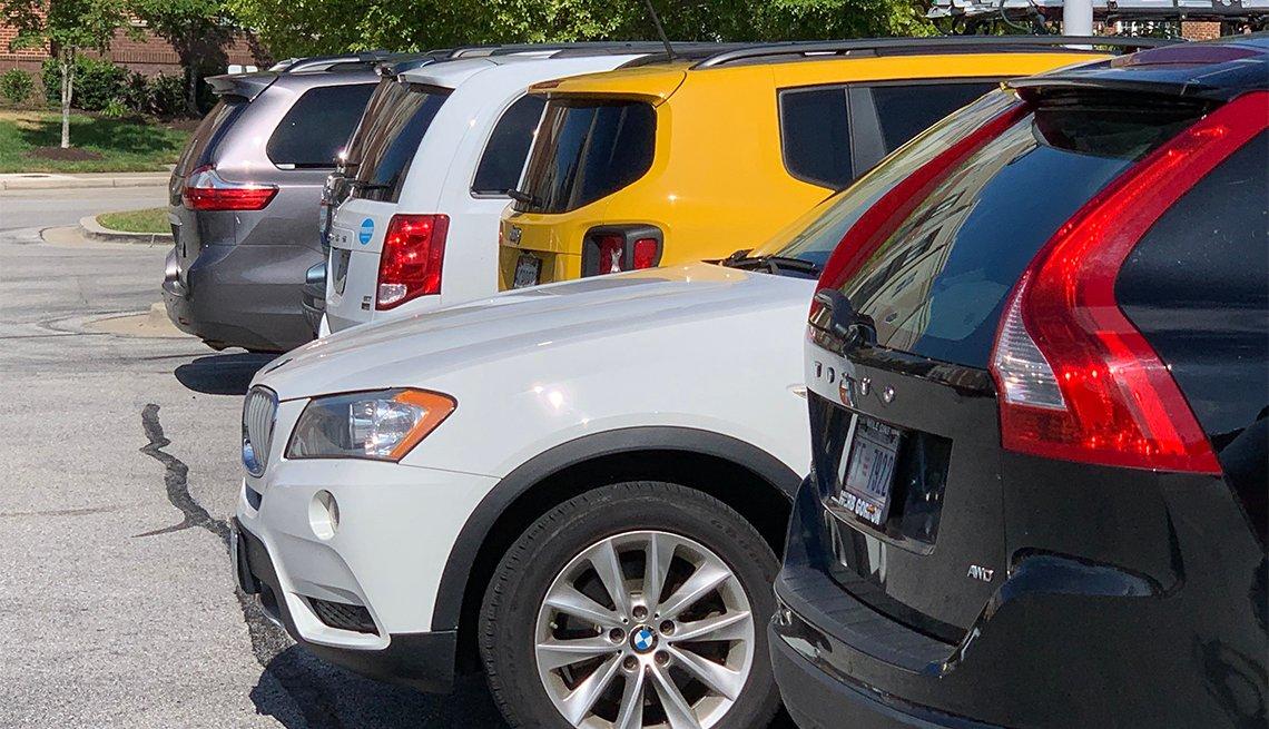 Varios vehículos parqueados