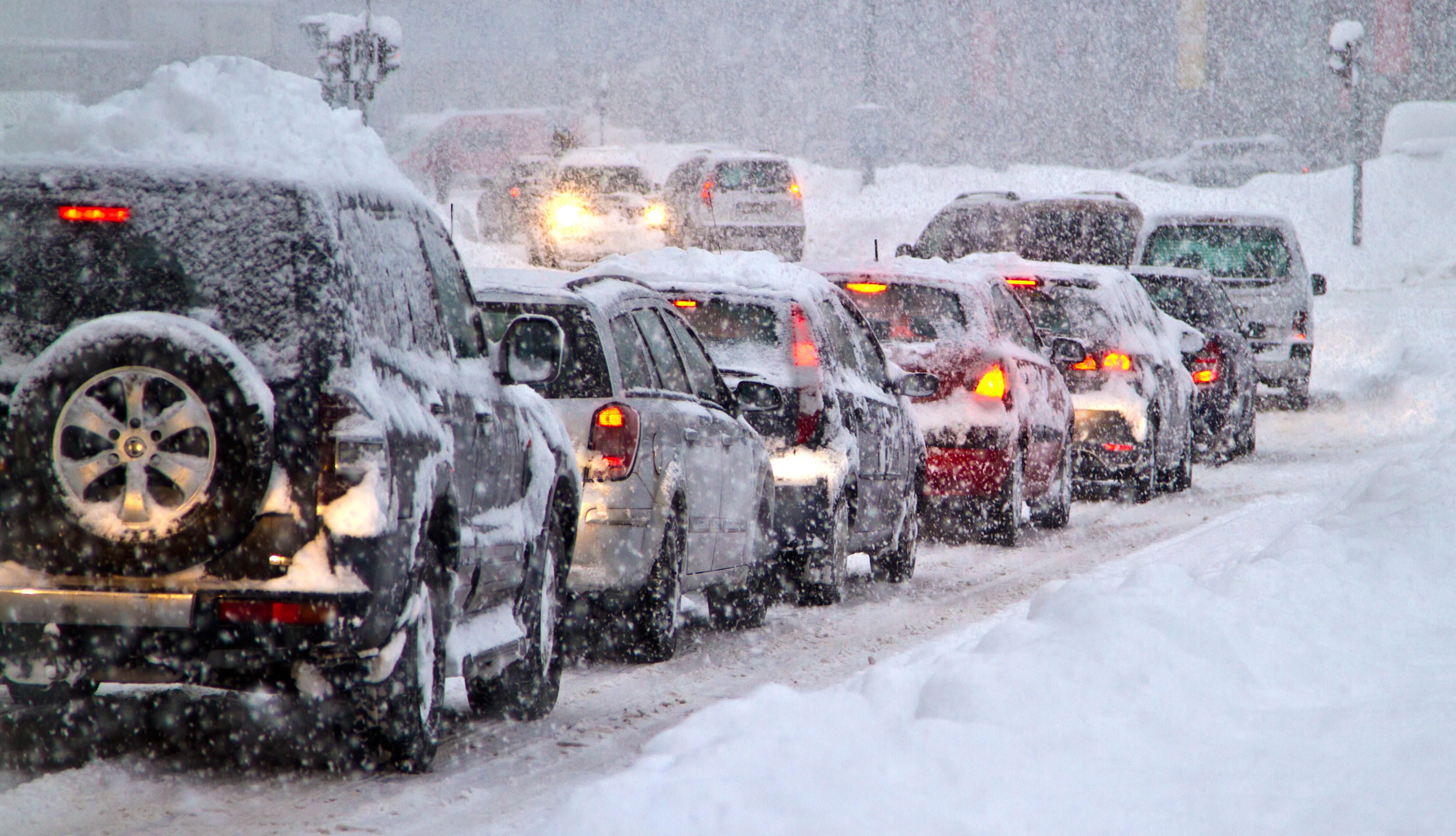 Autos atascados en una carretera durante una tormenta de nieve