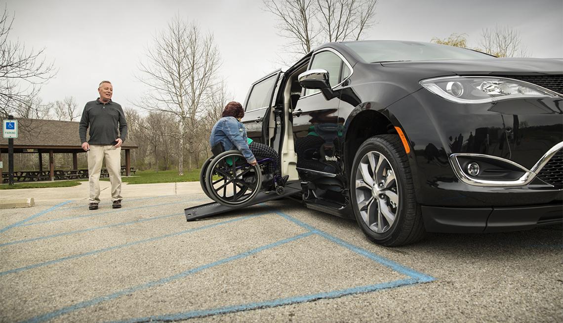 item 5 of Gallery image - Mujer rueda su silla de ruedas adaptada por BraunAbility en un Chrysler Pacifica