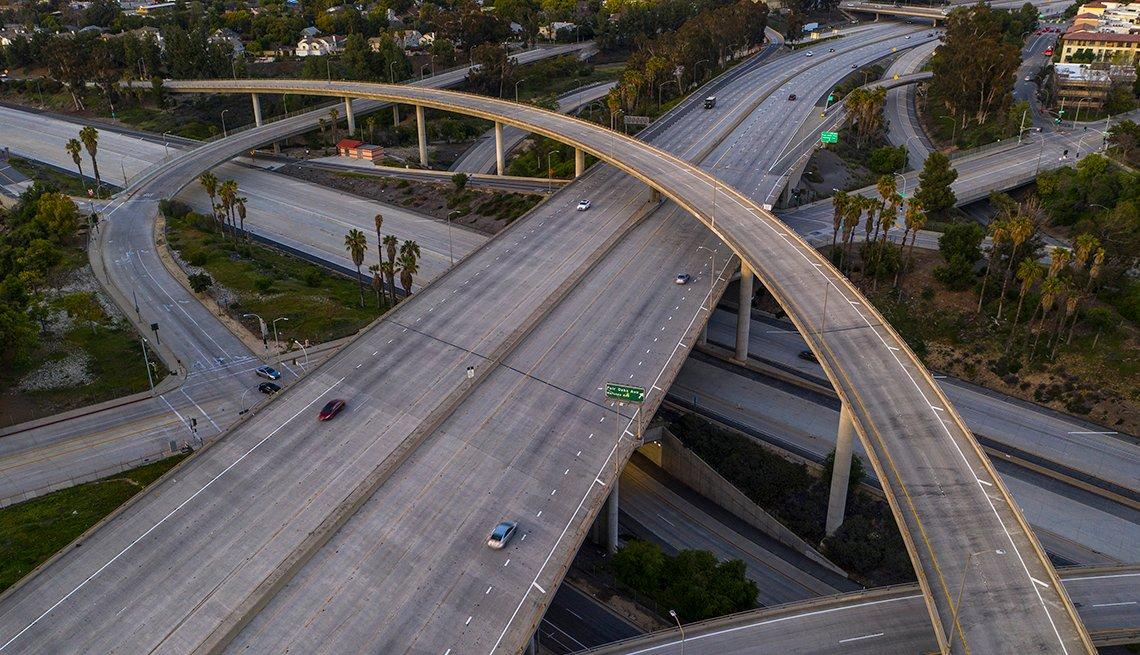 Vista aérea del ligero tráfico en el cruce de las autopistas 210 134 y 110 en Los Ángeles