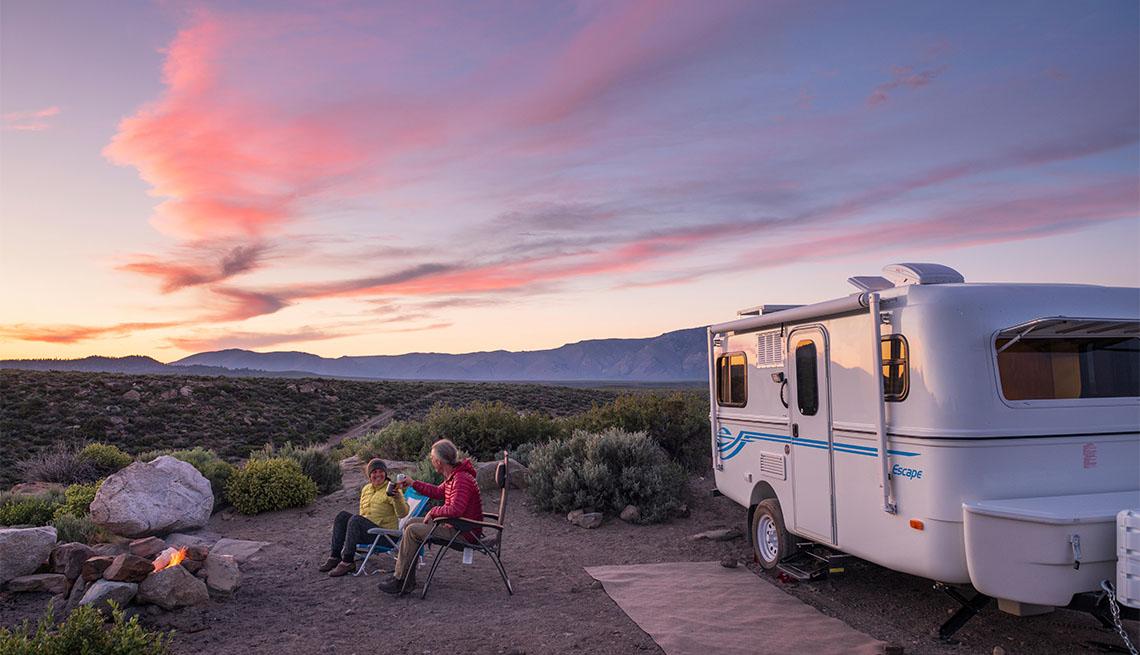 Pareja con remolque de viaje acampa cerca de Mammoth Lakes, California
