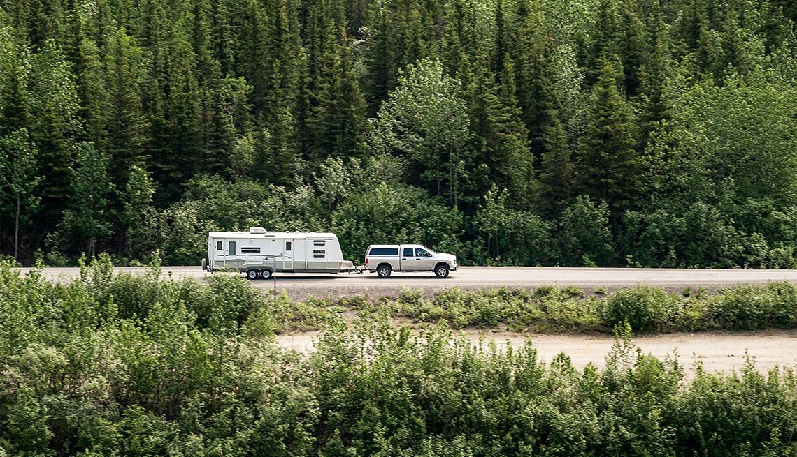 Auto viajando por una carretera en Alaska