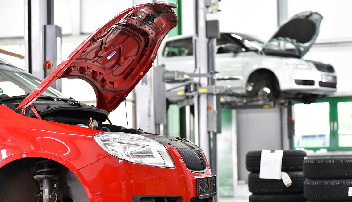 Dos autos en un taller de reparación y mantenimiento