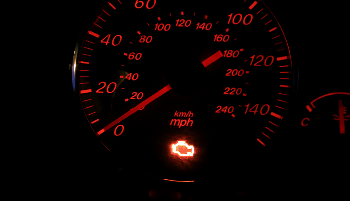 Luz para revisar el funcionamiento del motor encendida en el tablero de un vehículo.