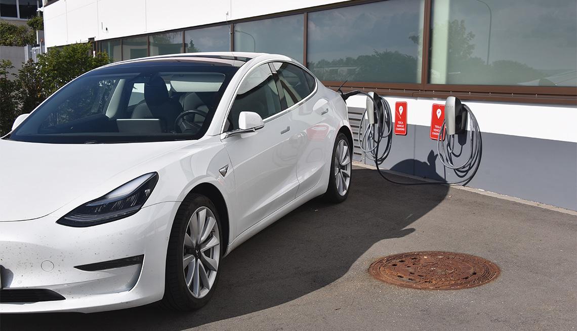 Tesla Model 3 en una estación de carga