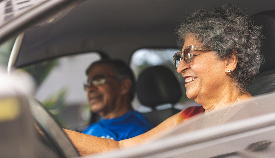 Mujer mayor conduciendo un auto