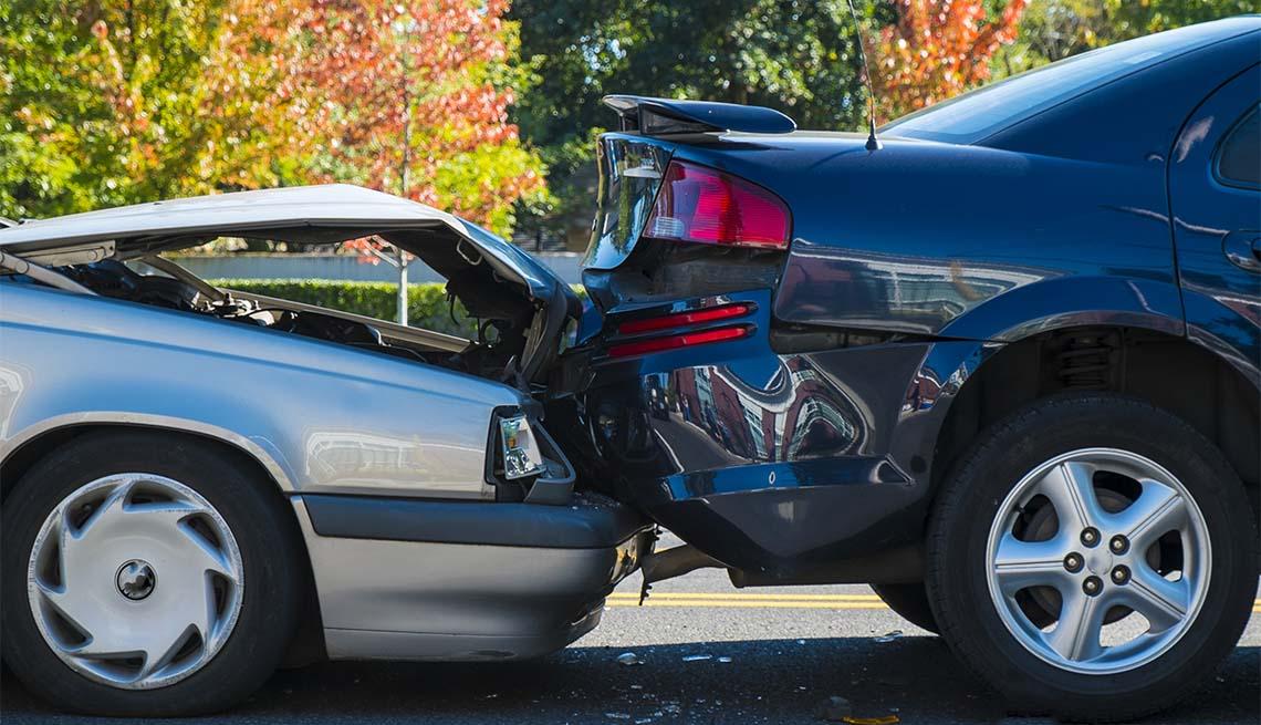 Accidente entre dos autos en una calle de la ciudad