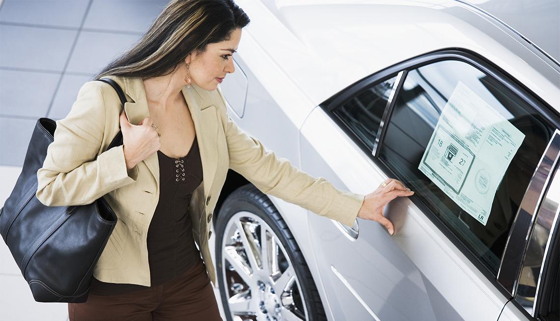Mujer observa un auto