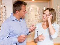 Pareja provándose unos lentes - Beneficios de AARP