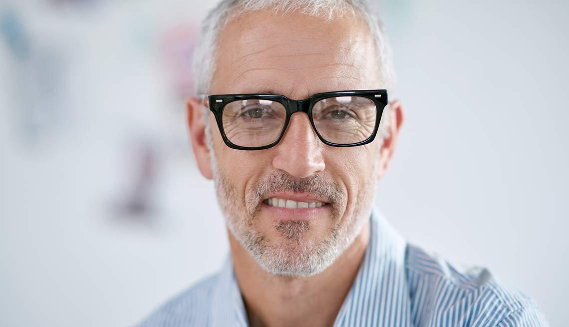 Hombre de mediana edad con lentes y sonriendo