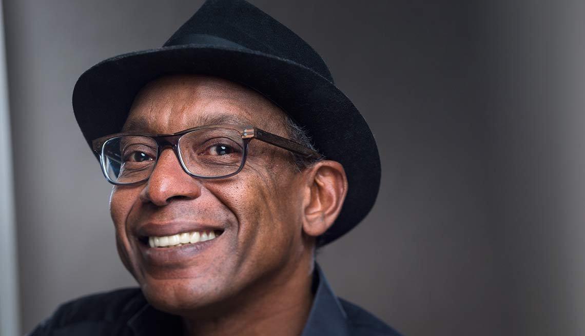 Afroamericano con sombrero fedora y lentes