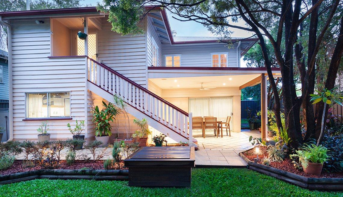Una casa con su patio iluminado