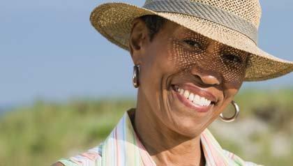 Mujer con sombrero para cubrir el sol