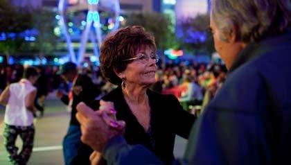Los miembros de AARP members Gloria Rothenberg y Donald Kent bailan en una de las fiestas en el evento nacional AARP Life@50+ realizado en Los Ángeles.