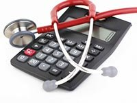 Calculadora y estetoscopio. Calculadora de los costos de salud
