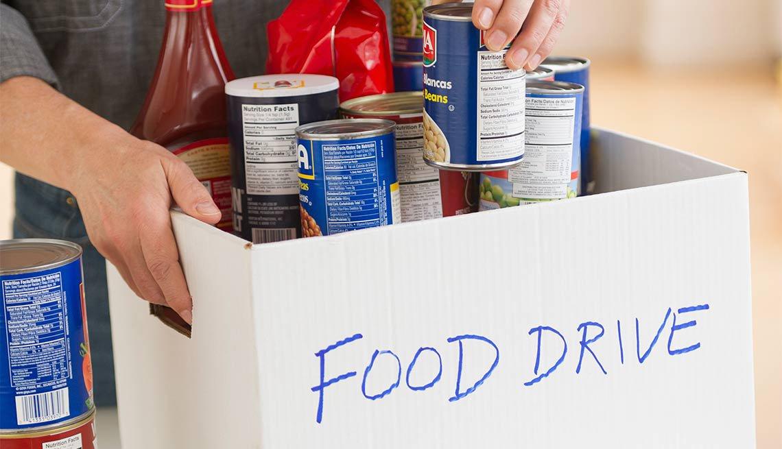 Una caja con suministros para el programa Food Drive
