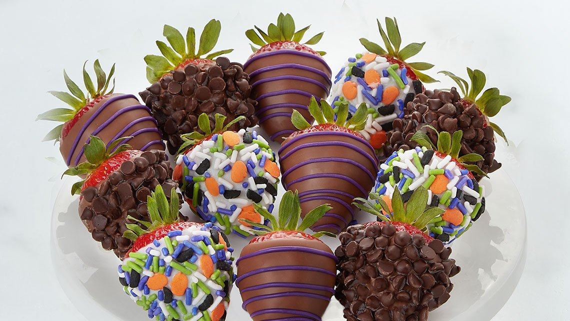 halloween themed chocolate dipped strawberries