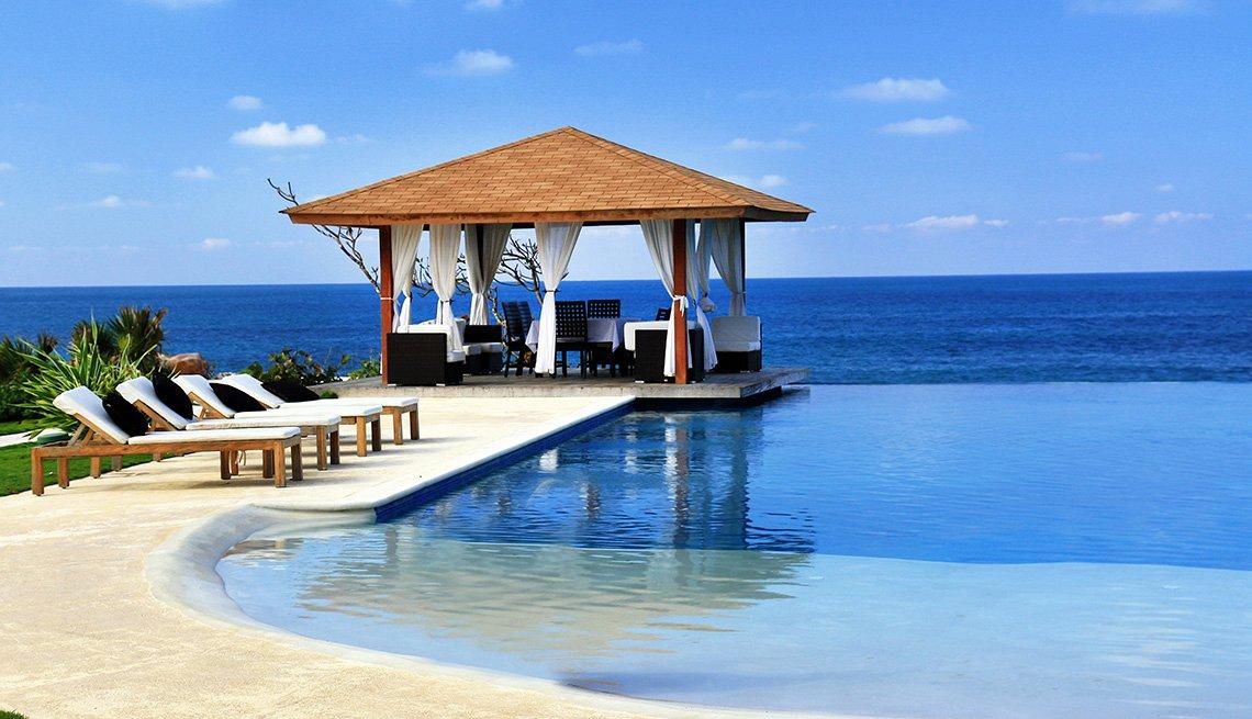 La piscina de un hotel con una pagoda frente al océano