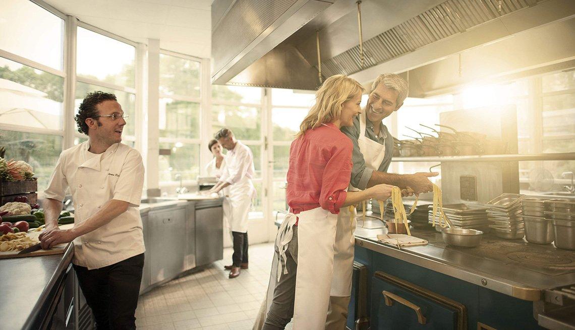 Una pareja tomando clases de cocina en un hotel
