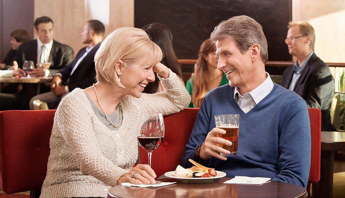 Pareja de mediana edad comiendo en el restaurante de un hotel