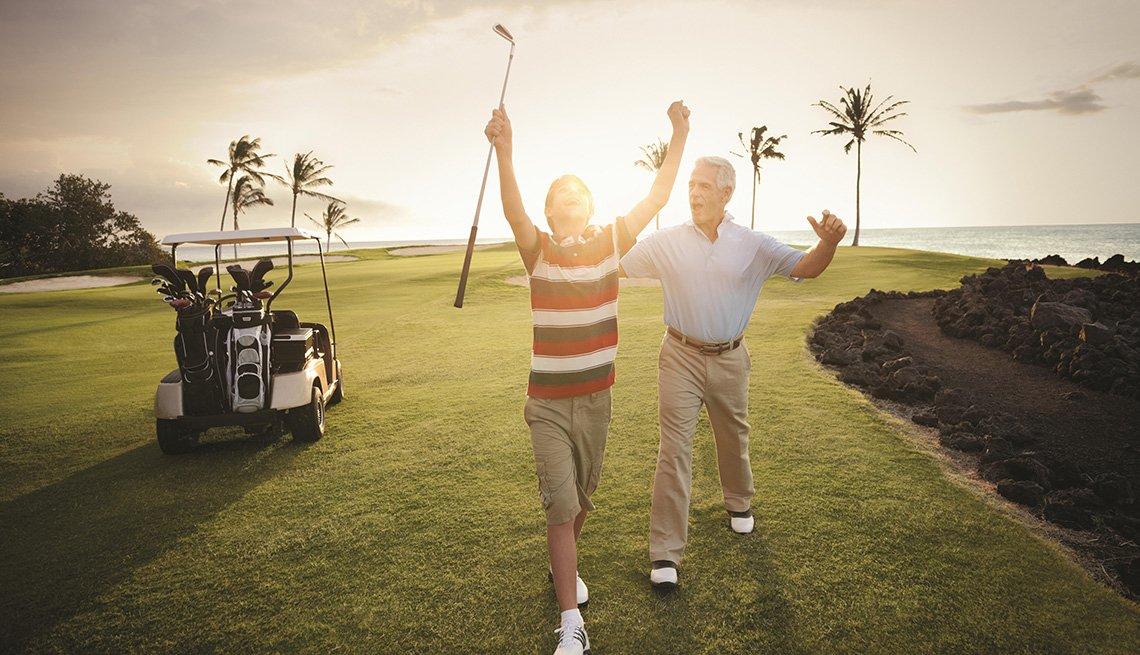 Padre e hijo en un campo de golf