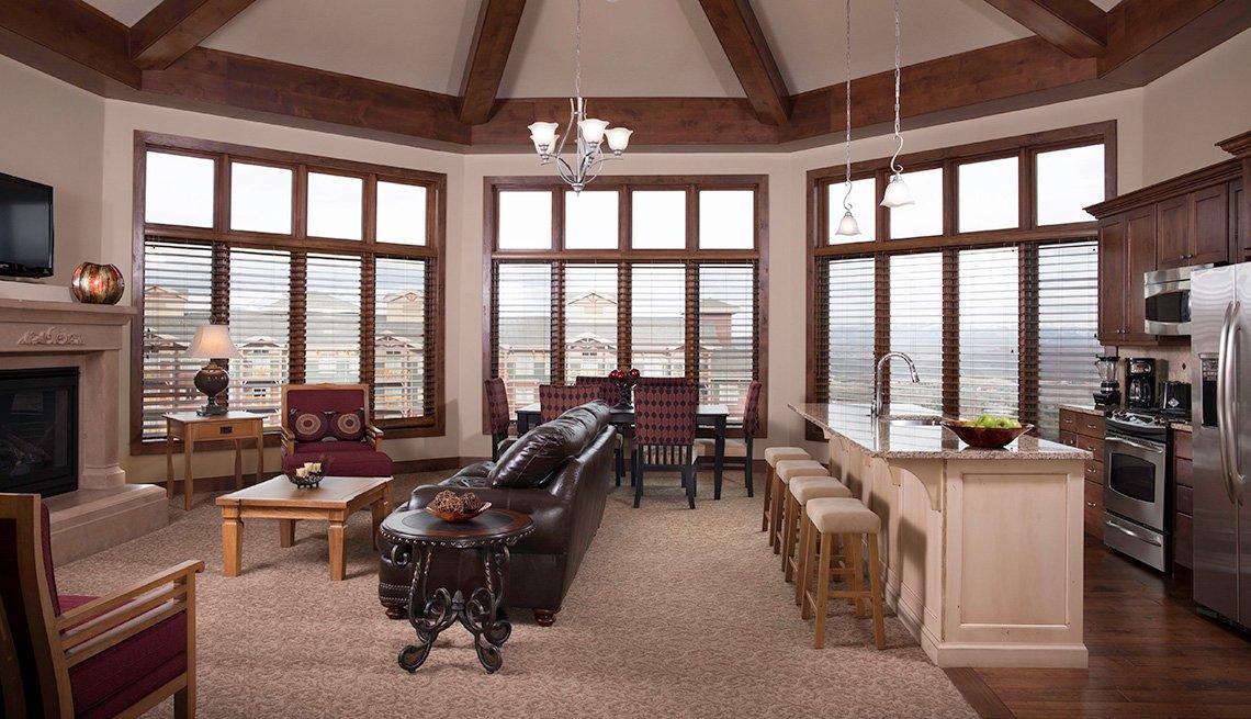 Suite en un hotel con cocina, sala de estar y chimenea