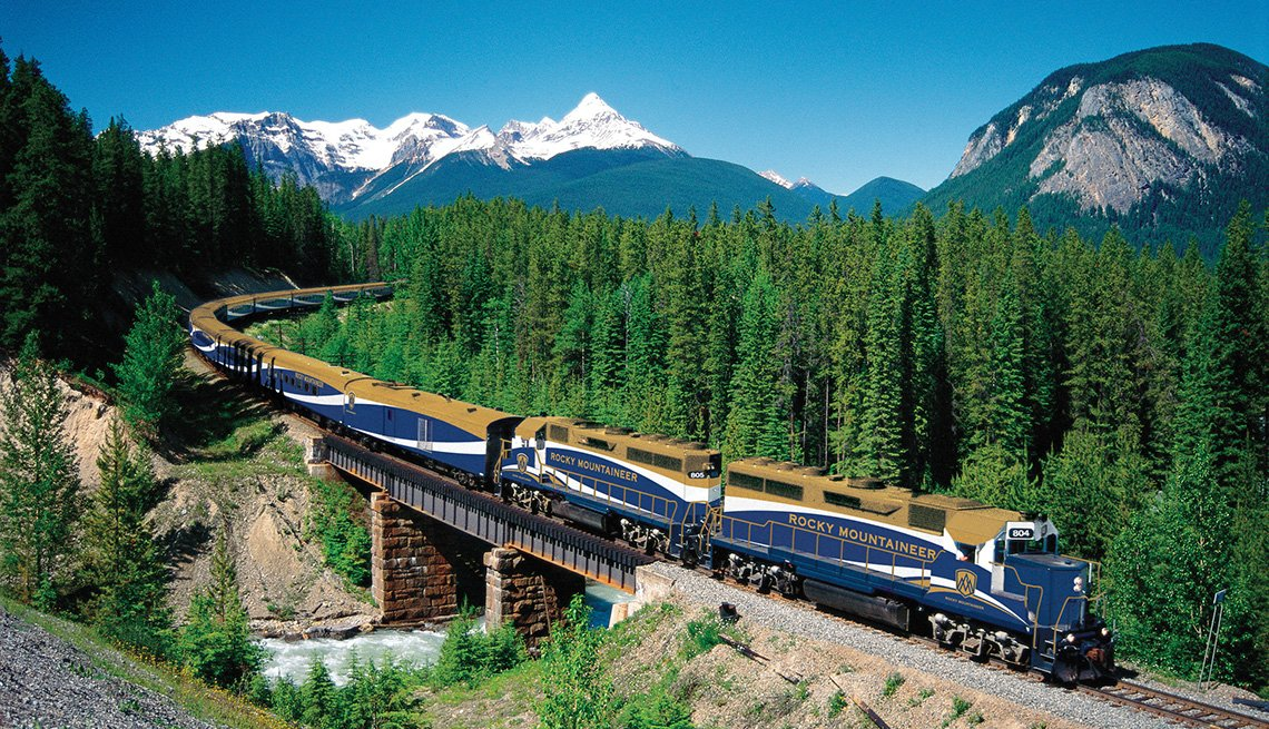 Un tren atravesando las montañas