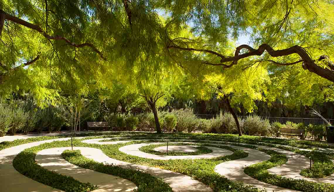 winding outdoor trail at sunnylands center and gardens
