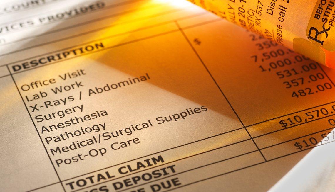 Factura médica y frasco de pastillas