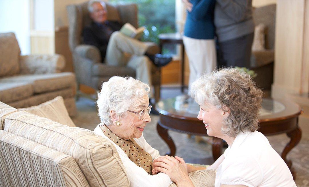 Dos mujeres conversan en una reunión familiar