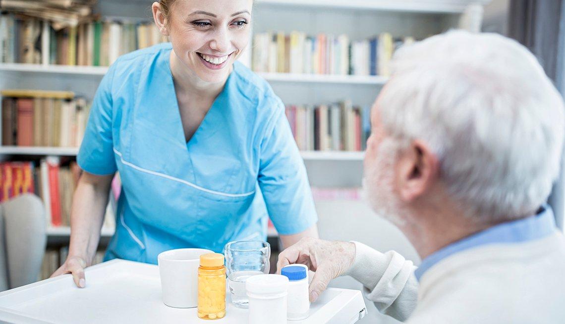 Personal cuidando de una persona mayor