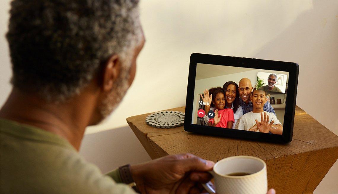 Hombre hablando con su familia a través del Amazon Echo