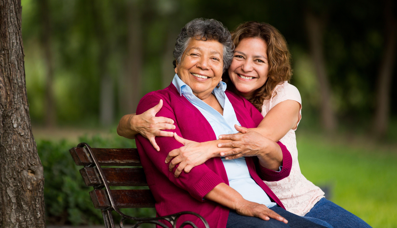Madre e hija adultas abrazadas