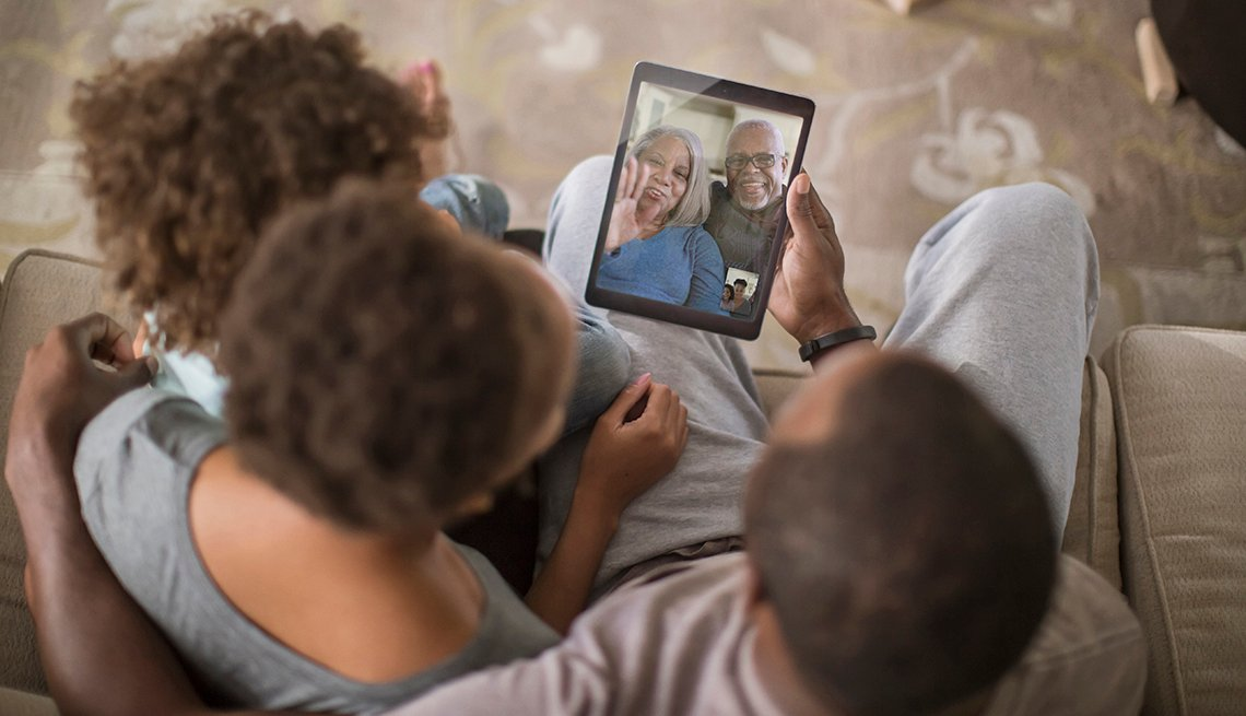 Familia comunicándose por video conferencia