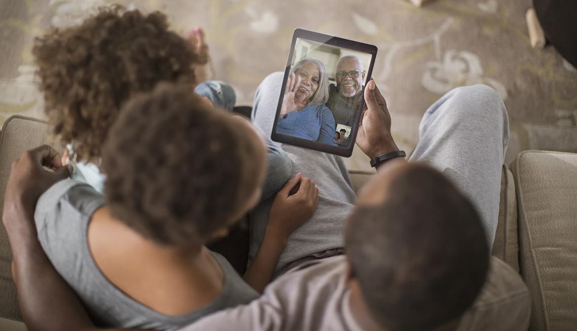 Familia comunicándose por video conferencia
