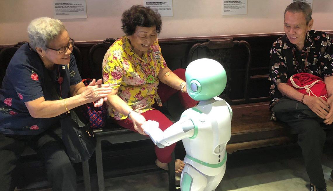 Mujer baila con un robot iPal