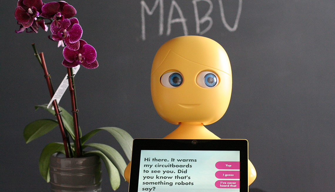 Robot Mabu sostine una tableta