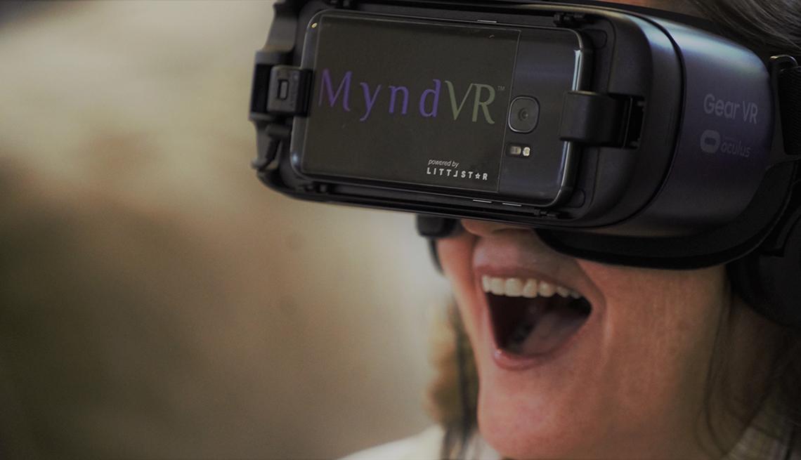 Mujer utilizando unas gafas de realidad virtual