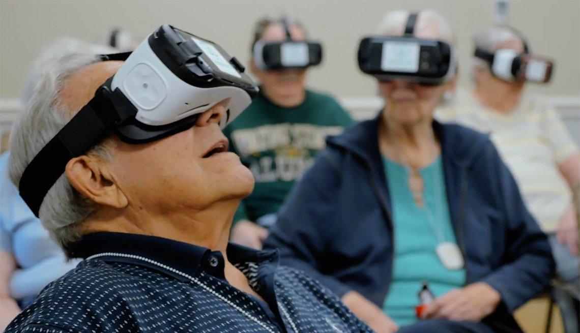 Grupo de personas mayores usando gafas de realidad virtual
