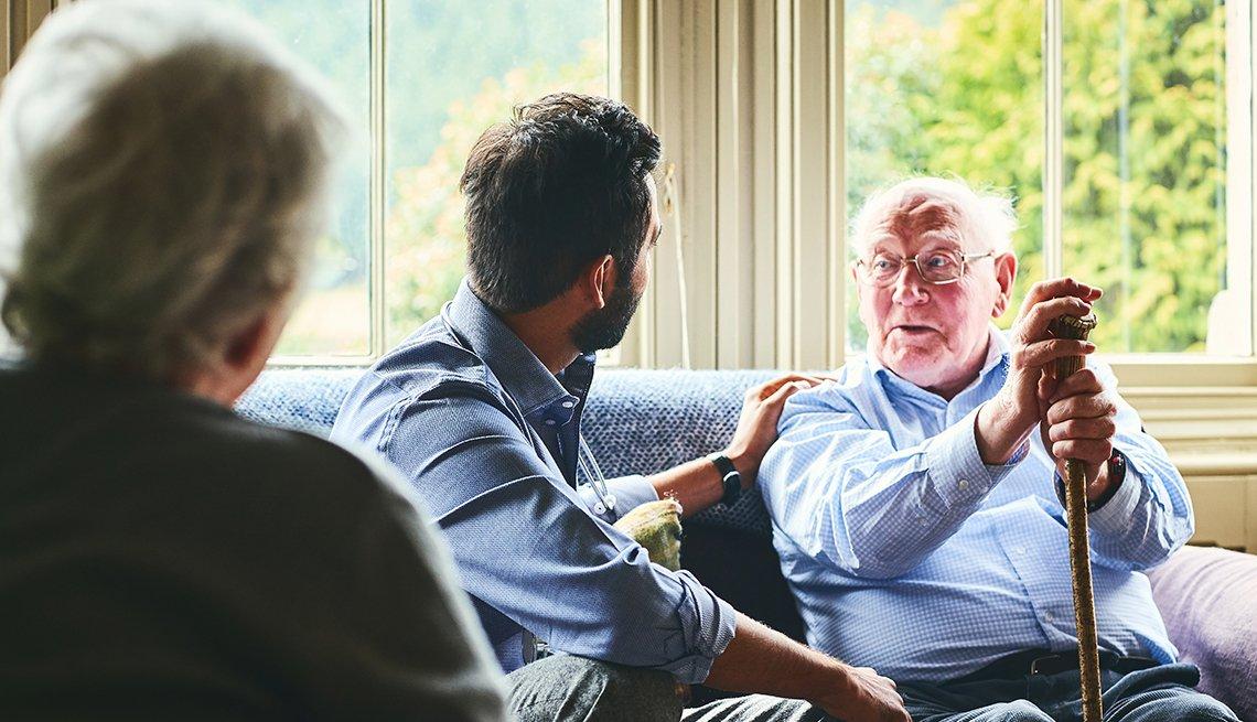 Tres personas en una sala conversando