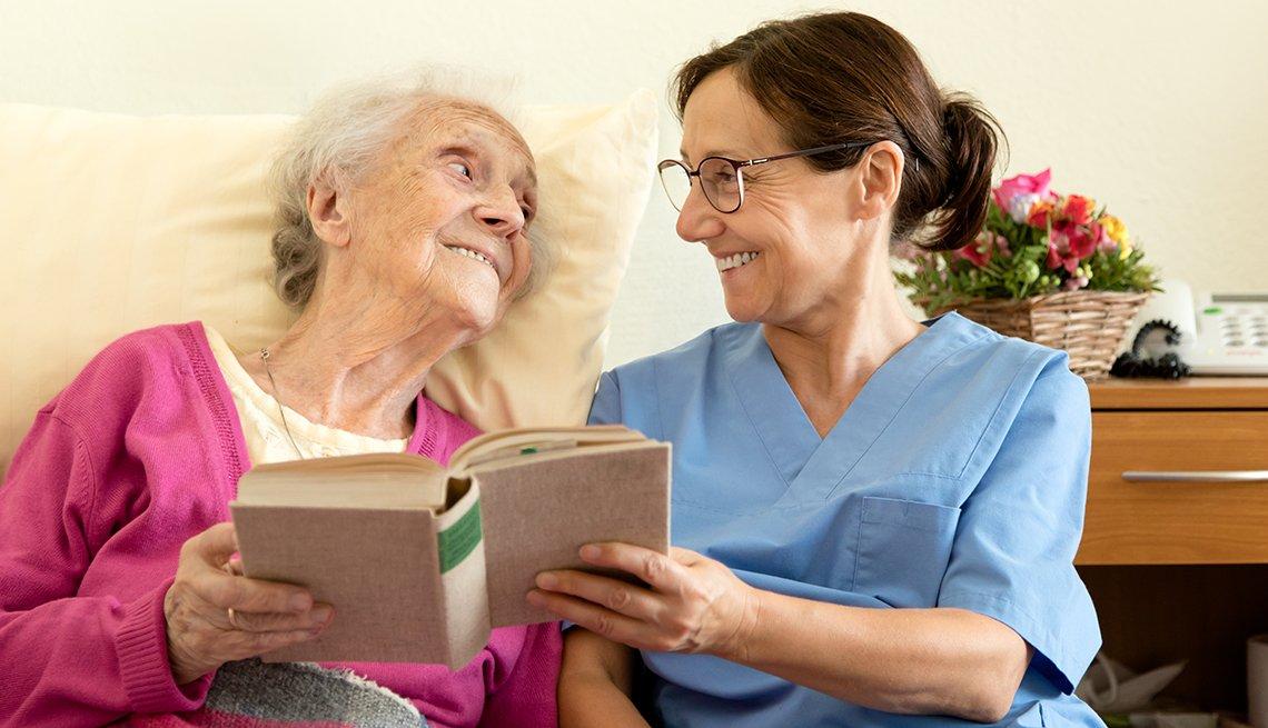 Hija enfermera lee y cuida de su madre