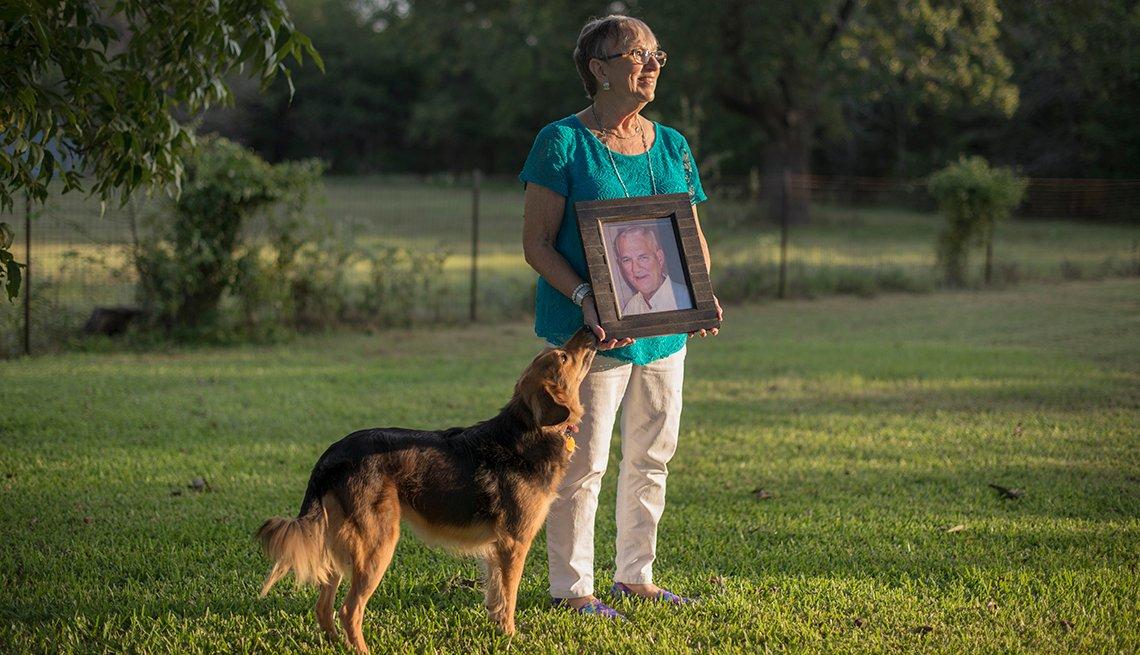 Rita Scott sostiene una foto de su esposo