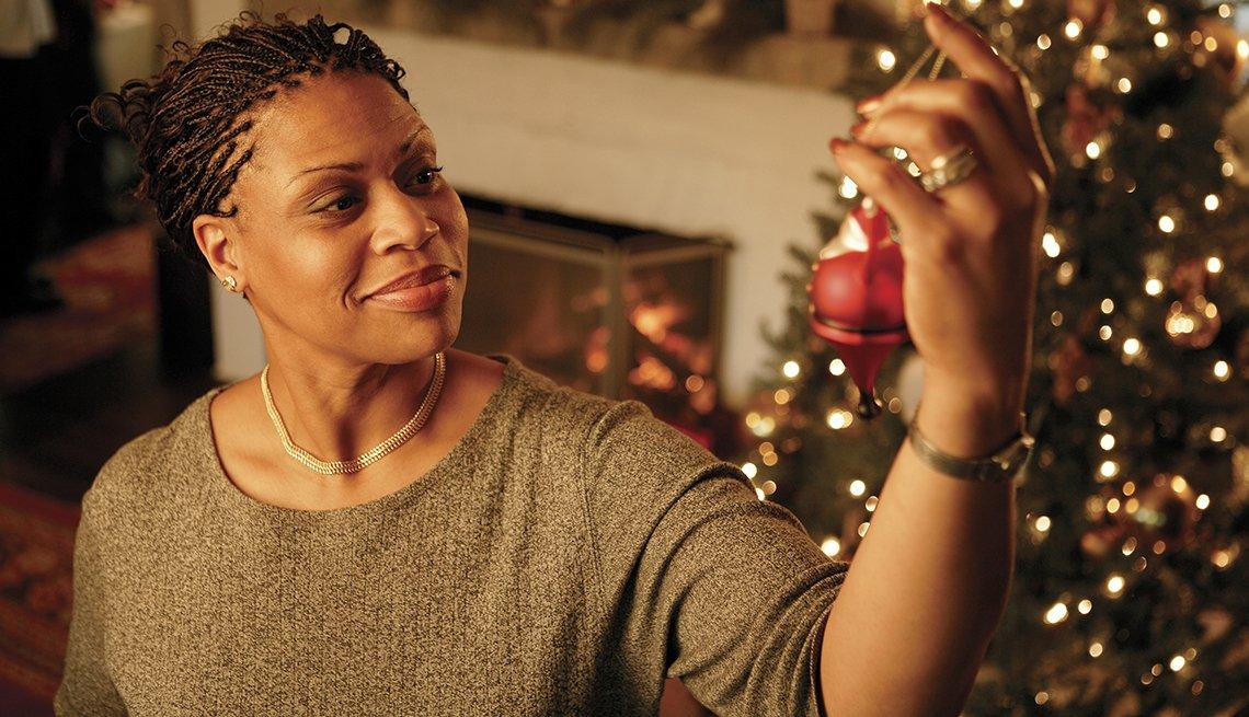Mujer decorando en Navidad