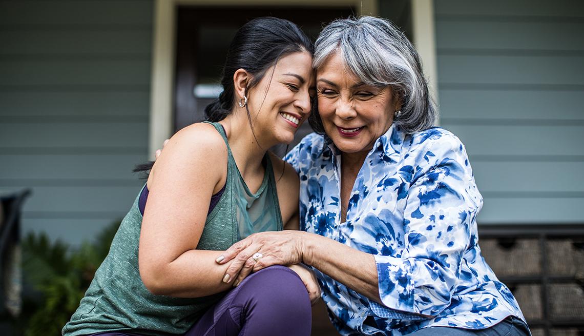 Una mujer mayor y su hija adulta se abrazan