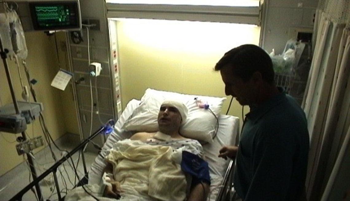 Bob Woodruff en el hospital con su hermano junto a él